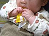 お菓子の袋で遊ぶ姪