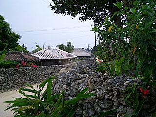 竹富島 赤瓦の民家と石垣
